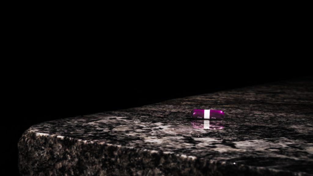 pilule - violette - accro - opioïdes - addiction - dépendance - obsession addict