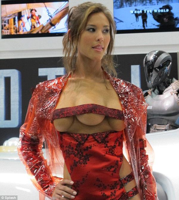 Kaitlyn-Leeb-Total-Recall-TRIMAMMOPHILIE-femme-trois-seins-déviances-sexuelles-obsession-addict