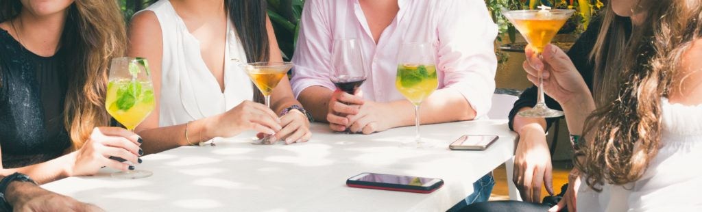 alcohol-cellphone-cocktail-glass-alcoolisme-obsession-addict