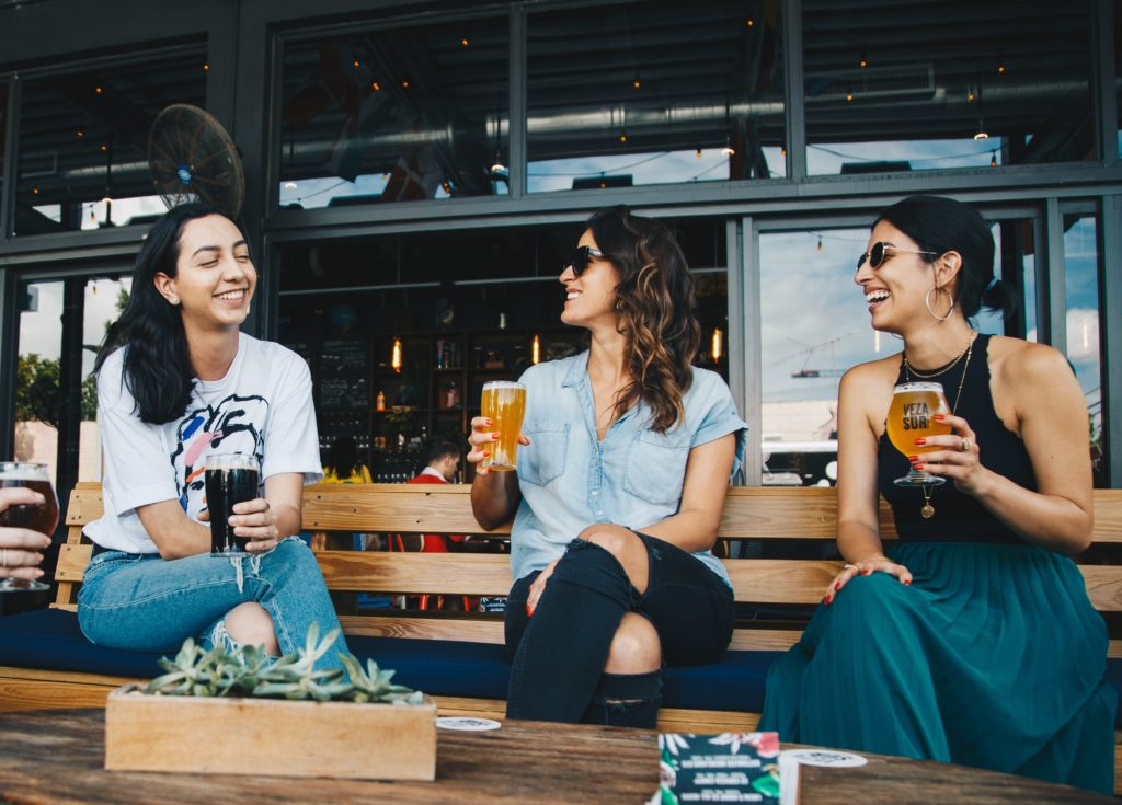 femmes - bar - alcoolisme - obsession addict